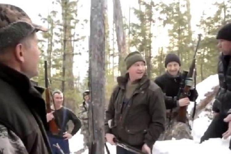 Gubernur Region Irkutsk, Rusia, Sergey Levchenko (tengah) ketika berhasil menembak seekor beruang yang sedang hibernasi. Levchenko menuai kecaman karena menembak beruang di dalam sarangnya.