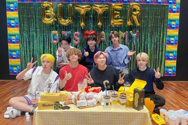 Para member BTS (bawah dari kiri) J-Hope, V, RM, Jimin, (atas dari kiri) Jungkook, Suga, dan Jin, berbicara dengan penggemarnya, ARMY, melalui VLive setelah perilisan single Butter, Jumat (21/5/2021) siang.