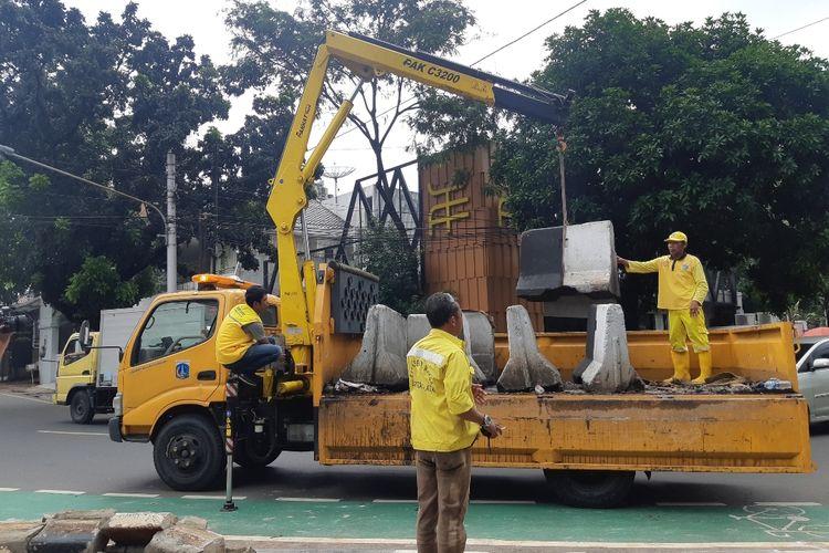 Pemasangan pembatas beton di pertigaan dekat Apotek Senopati oleh Suku Dinas Bina Marga Jakarta Selatan, Sabtu (28/12/2019)