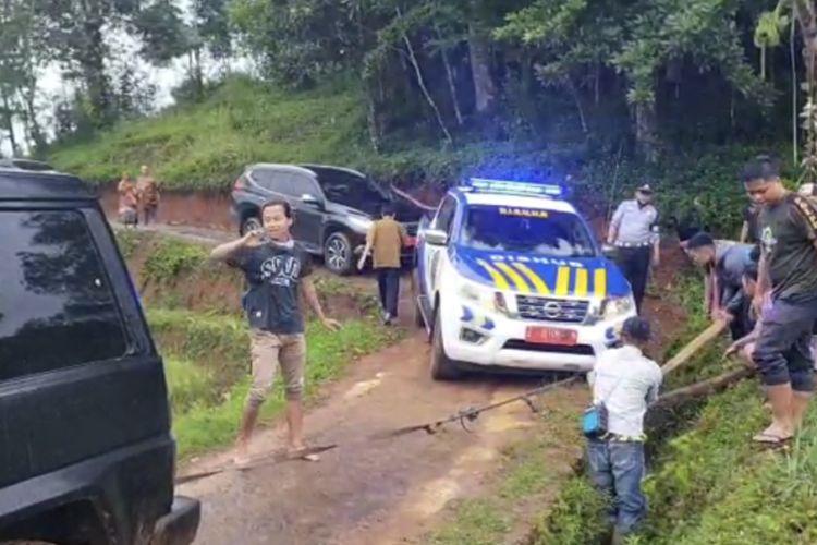 Mobil pengawal rombongan Wakil Bupati Tasikmalaya terperosok di kawasan terpencil Kampung Jeruk Mipis Desa Ciroyom Kecamatan Bojonggambir Kabupaten Tasikmalaya, Senin (8/3/2021).