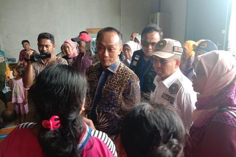 Dirjen Dukcapil, Fauzan Arif saat mengunjungi kamp pengungsian di Airport City Kabupaten Tangerang, Sabtu (4/1/2020)