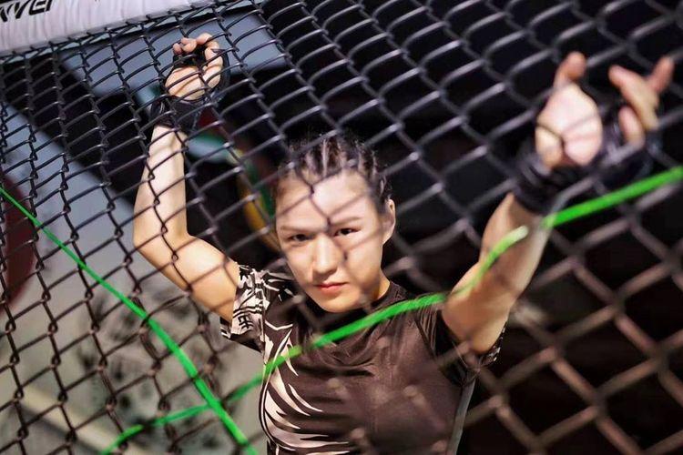 Juara UFC pertama asal China, Zhang Weili.