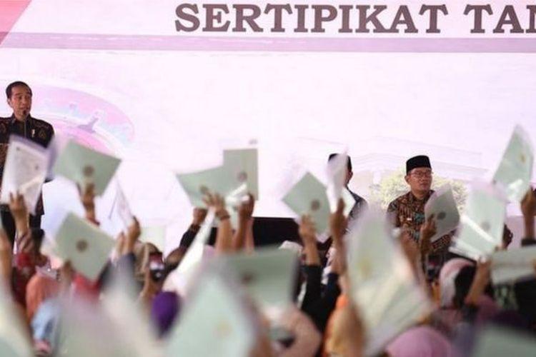 Lewat skema perhutanan sosial, Presiden Jokowi ingin membagikan 12,7 hektare lahan kepada masyarakat adat dan petani.