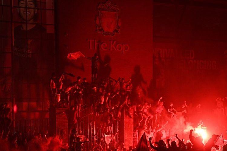 Para fans Liverpool merayakan keberhasilan The Reds menjadi juara Liga Inggris 2019-2020, gelar Liga Inggris pertama klub dalam 30 tahun terakhir, di Stadion Anfield.