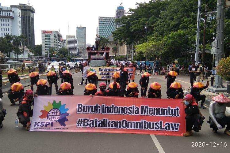 KSPI menggelar aksi unjuk rasa di depan Gedung Mahkamah Konstitusi, Rabu (16/12/2020).