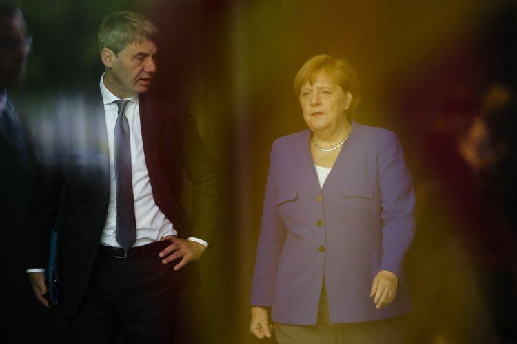 Dalam foto bertanggal 13 Juni 2019, Kanselir Jerman Angela Merkel (kanan) berbicara dengan penasihat luar negerinya Jan Hecker, saat mereka menyambut Perdana Menteri Makedonia Utara Zora Zaev. Hecker yang kemudian menjadi Duta Besar Jerman untuk China dilaporkan meninggal dalam usia 54 tahun, dengan kematiannya diumumkan pada Senin, 6 September 2021.
