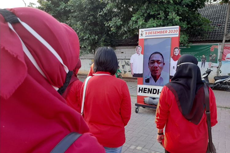 Calon Wali Kota Semarang Hendrar Prihadi menyapa warga di Kelurahan Kuningan dengan perangkat digital, Kamis (1/10/2020).