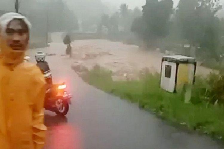 Banjir di Desa Cibunian, Kecamatan Pamijahan, Kabupaten Bogor, akibat meluapnya Sungai Cianten pada Senin (21/9/2020).