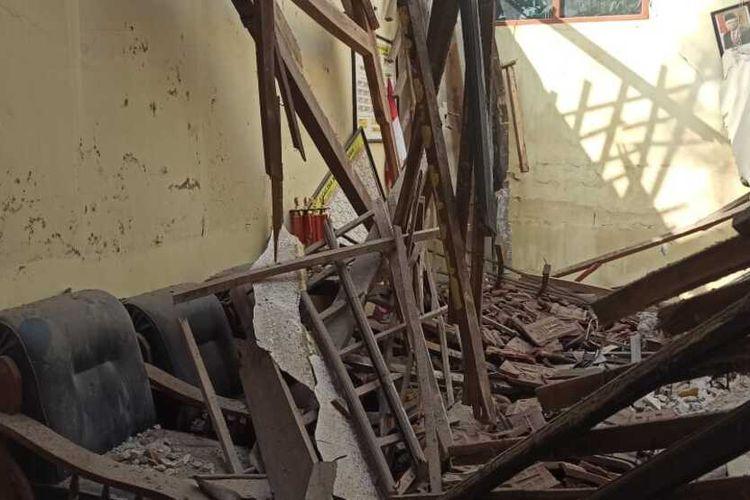 AMBRUK-Nampak salah satu atap SDN 1 Babadan, Kecamatan Babadan, Kabupaten Ponorogo, Jawa Timur ambruk setelah hujan deras mengguyur wilayah itu.