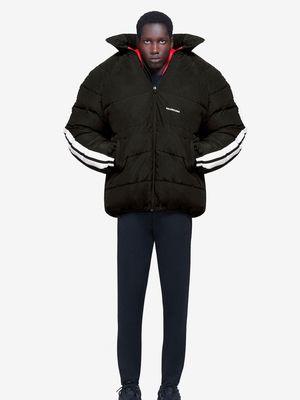 Jaket terbaru Balenciaga berwarna hitam dengan aksen putih yang kontras pada bagian lengan.