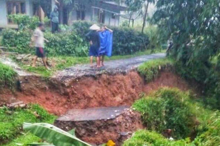 Salah satu jalan penghubung antar desa yang ambles akibat tanah bergerak di Desa Cimenteng, Kecamatan Curugkembar, Sukabumi, Jawa Barat, Minggu (15/11/2020).