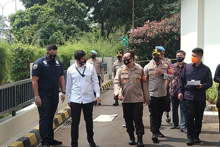 Kapolres Metro Jakarta Utara Kombes Pol Budhi Herdi S beserta penyidik saat memeriksa tempat WNA asal China loncat dan tergeletak di jogging track