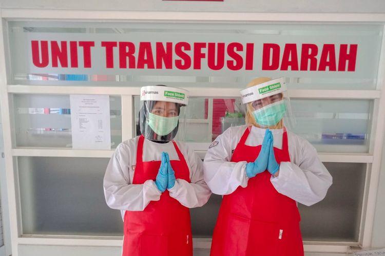 Mahasiswa SBM ITB memberikan bantuan APD untuk rumah sakit di Berau. Bantuan berasal dari mahasiswa, pekerja perusahaan, komunitas, hingga warga.
