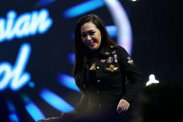 Maia Estianty saat menjadi juri dalam acara Indonesian Idol 2018 di Studio 11, MNC Studios, Kebon Jeruk, Jakarta Barat, Selasa (13/2/2018). Sejumlah kontestan tampil berkolaborasi saat memasuki Top 10 Indonesian Idol 2018.