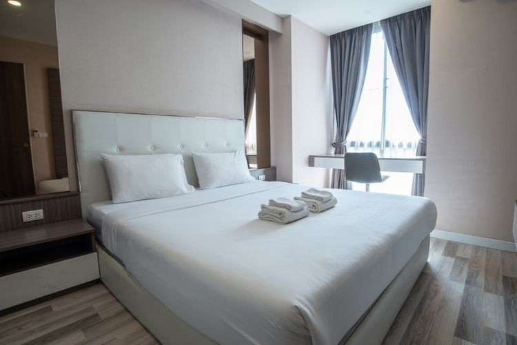 Queen bed di kamar hotel