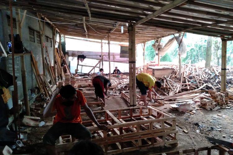 UMKM furnitur milik Andi Naga Saputra di Bogor, Jawa Barat, yang memproduksi dipan kayu untuk diekspor ke Singapura.