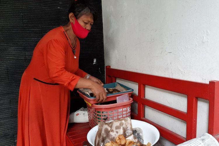Mak Romlah, nenek penjual gorengan berjalan kaki keliling membawa dagangannya ke perkampungan di Semarang, Selasa (4/8/2020).