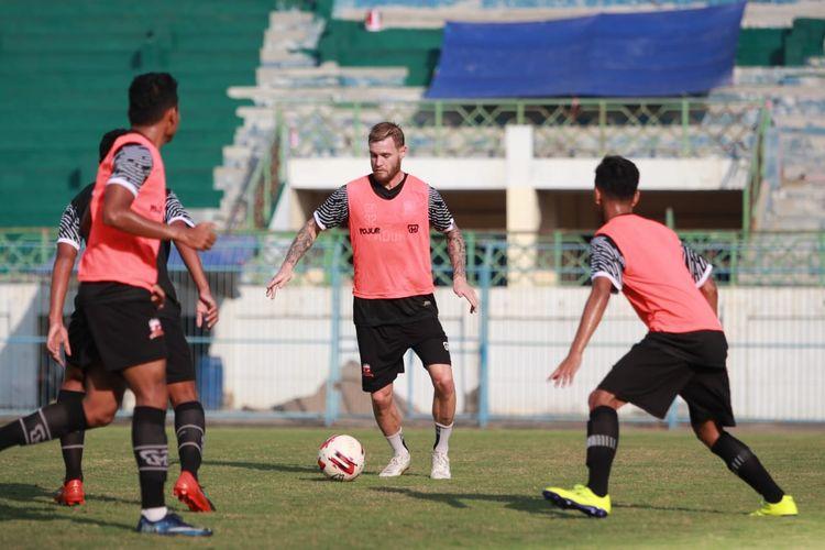 Latihan pemain Madura United di Stadion Gelora Bangkalan beberapa waktu lalu menjelang bergulirnya kembali Shopee Liga 1. Madura United sejak awal menolak kompetisi Liga 1 dilanjutkan karena tidak jelasnya penanganan Covid-19