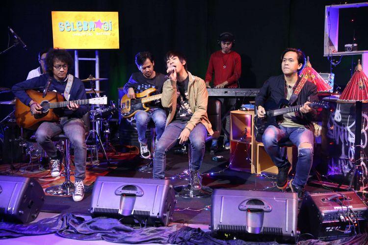 Grup Band DMASIV saat tampil di acara Selebrasi (Selebritas Beraksi), Menara Kompas Gramedia, Palmerah Selatan, Jakarta, Selasa (22/05/2018). DMASIV mempromosikan single terbarunya yang berjudul Pernah Memiliki, di dalam lagu ini DMASIV duet dengan penyanyi Rossa.