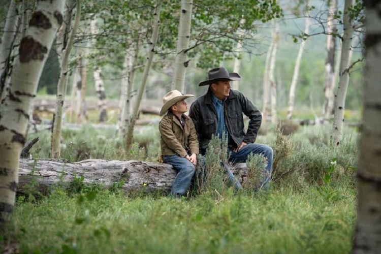 John Dutton bersama cucunya, Tate, saat menggembalakan ternak di musim panas.