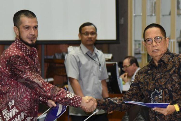 Anggota Komisi VI DPR RI Primus Yustisio menyerahkan draf revisi UU Desain Industri dari Fraksi PAN pada Pimpinan Komisi VI DPR RI