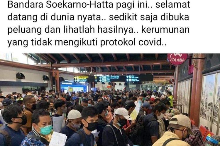 Foto antrean calon penumpang di Bandara Soekarno-Hatta, Banten, Kamis (14/5/2020).