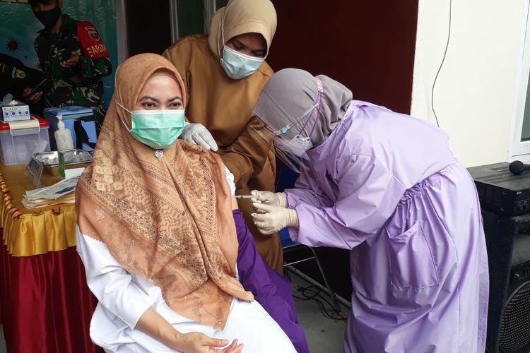 Bupati Luwu Utara, Indah Putri Indriani menerima suntikan vaksin pertama di Puskesmas Masamba, luwu Utara, Sulawesi Selatan, Senin (01/02/2021)
