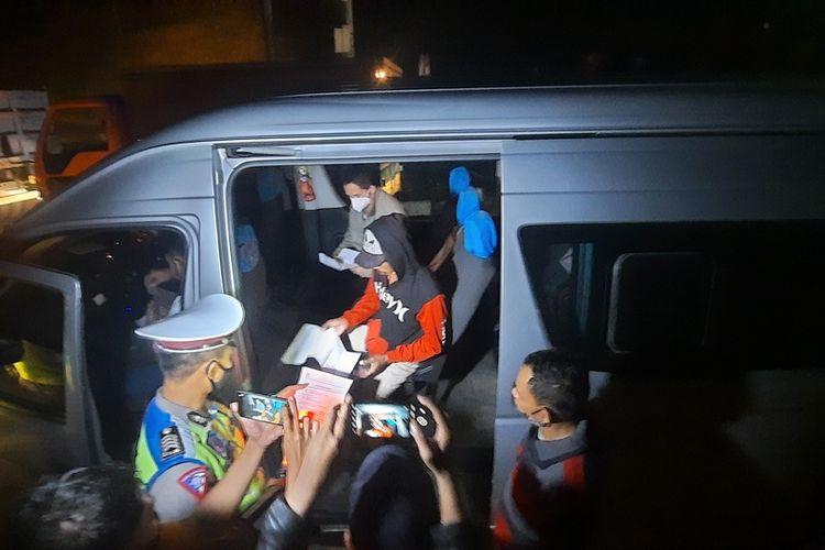 Para penumpang sebuah mobil travel berhasil lolos dengan menunjukkan tes antigen positif saat melewati Pos Cileunyi dan Gentong saat berangkat mudik dari Bandung menuju Tasikmalaya, Kamis (6/5/2021) tengah malam.