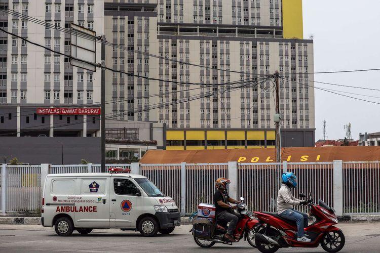 Petugas kesehatan menggunakan alat pelindung saat membawa ambulans yang mengangkut pasien positif Covid-19 tanpa gejala (OTG) saat memasuki IGD Rumah Sakit Darurat Penanganan COVID-19, Wisma Atlet Kemayoran, Jakarta Pusat, Rabu (16/9/2020). Gubernur Anies Baswedan pada Sabtu pekan lalu mengatakan saat ini pasien terpapar Covid-19 dengan status Orang Tanpa Gejala atau OTG akan dirawat di RSD Wisma Atlet, sebanyak 1.740 pasien Covid-19 yang dirawat inap hingga Rabu, 16 September 2020.