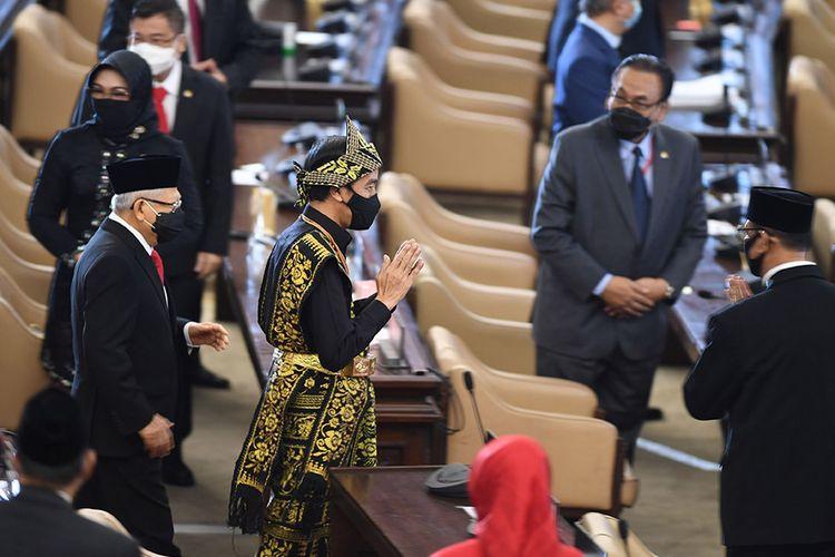 Presiden Joko Widodo dan Wakil Presiden Maruf Amin tiba di lokasi sidang tahunan MPR dan Sidang Bersama DPR-DPD di Kompleks Parlemen, Senayan, Jakarta, Jumat (14/8/2020). Sidang Tahunan kali ini dihadiri oleh anggota MPR/DPR/DPD secara fisik dan virtual akibat pandemi Covid-19.