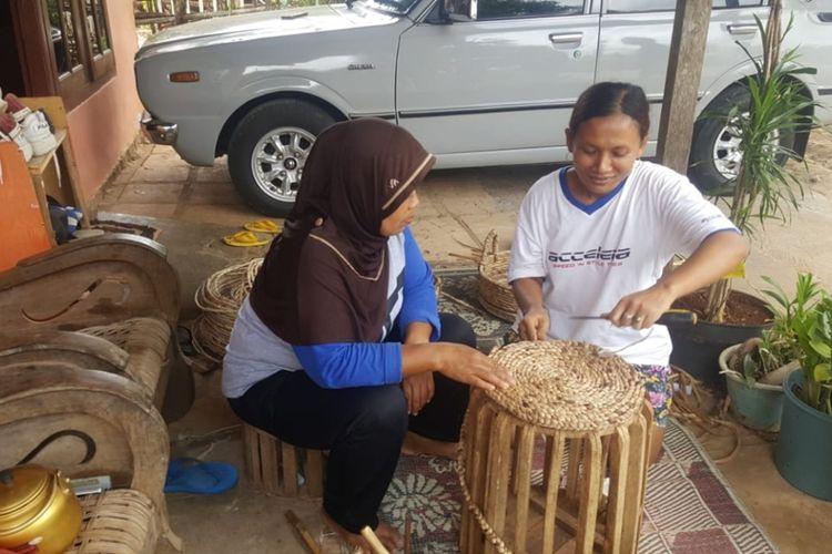 Warga Desa Ngeposari, Kecamatan Semanu, Gunungkidul, Yogyakarta, Saat Membuat Kerajinan Enceng Gondok