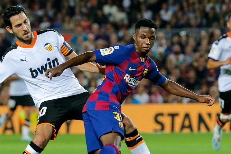 Ansu Fati mencoba melewati penjagaan lawan pada pertandingan Barcelona vs Valencia dalam lanjutan La Liga Spanyol di Stadion Camp Nou, 14 September 2019.