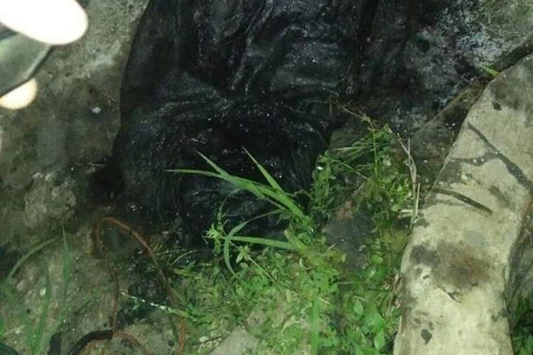 Tengkorak di dalam karung ditemukan di sebuah sumur tua di Desa Tanjung Haloban, Kecamatan Bilah Hilir, Kabupaten Labuhan Batu, Sabtu (28/9/2019). Di dalam karung juga ditemukan tulang belulang manusia dan kaki mesin jahit.