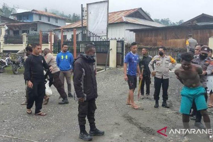 Dua pelaku penyerangan terhadap polisi yang ditangkap.