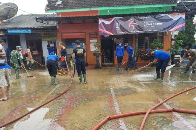 Sejumlah petugas membersihkan lumpur sisa banjir bandang yang masuk lingkungan rumah dan perkantoran di Munjungan, Trenggalek, Selasa (27/10/2020)