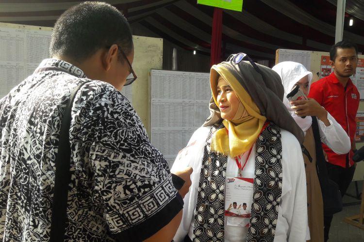 Presidium GMMP Neno Warisman saat meninjau TPS 027, tempat Megawati Soekarnoputri memilih di Kebagusan, Jakarta Selatan, Rabu (19/4/2017).