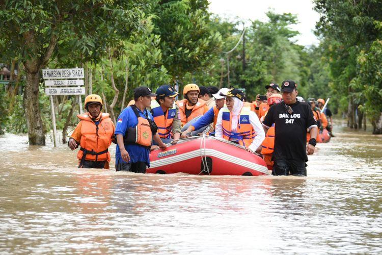 Gubernur Jawa Timur Khofifah Indar Parawansa meninjau lokasi banjir di Kecamatan Balerejo, Kabupaten Madiun, Kamis (7/3/2019).