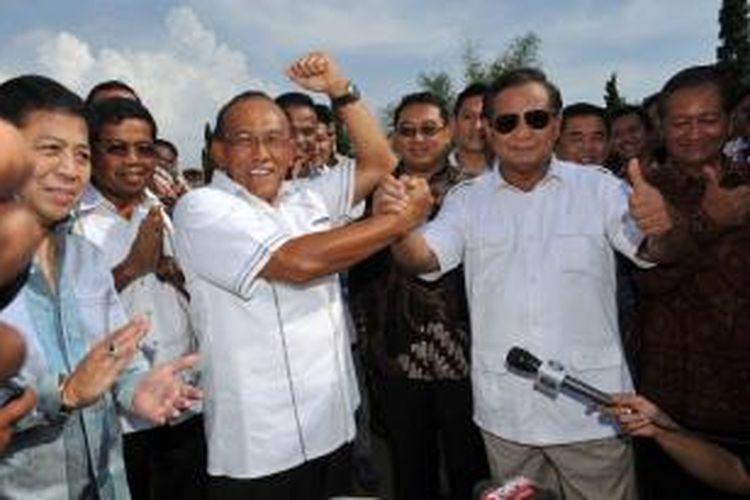 Bakal calon presiden dari Partai Gerindra Prabowo Subianto (kanan) berjabat tangan dengan bakal calon presiden Partai Golkar Aburizal Bakrie, usai melakukan pertemuan di Desa Bojong Koneng, Babakan Madang, Bogor, Jawa Barat, Senin (5/5/2014). Pertemuan membahas potensi koalisi kedua partai menjelang Pilpres 2014.