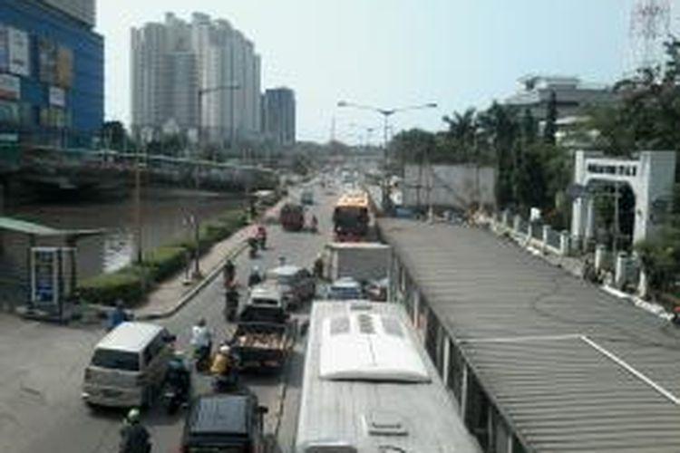 Kemacetan terjadi di sepanjang Jalan Gunung Sahari, Pademangan, Jakarta Utara tepat depan Mangga Dua Square, Rabu (19/3/2014). Banyak kendaraan, termasuk bus transjakarta, memilih melawan arah untuk keluar dari kemacetan tersebut.