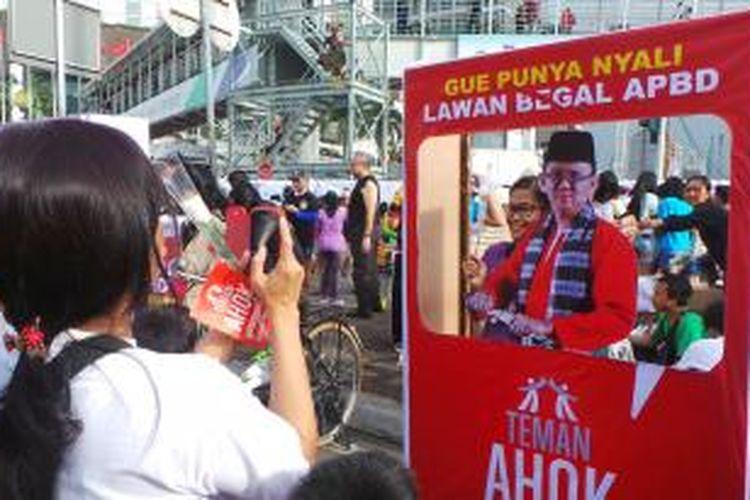 Masyarakat DKI Jakarta memberikan dukungan untuk Gubernur DKI Jakarta Basuki Tjahaja Purnama di Bundaran HI, Jakarta, Minggu (8/3/2015).