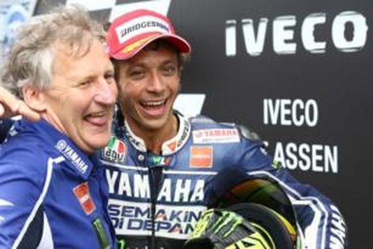 Pebalab Yamaha Factory Racing, Valentino Rossi (kanan) tertawa bersama kepala kru mekaniknya, Jerry Burgess.