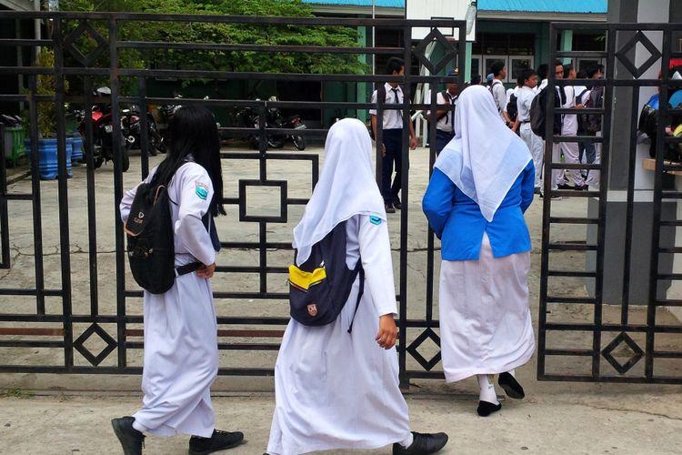 Siswa SMAN di Nunukan saat masuk di hari pertama sekolah Senin (10/7/2017).