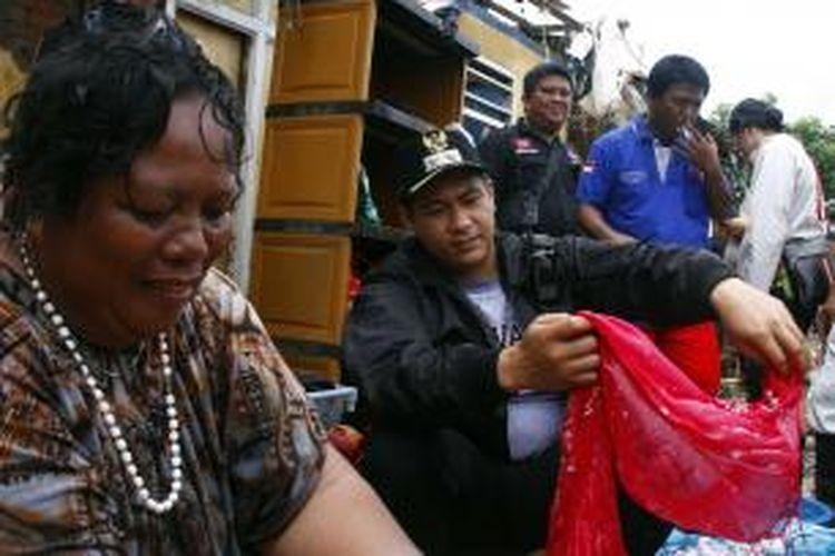 Wakil Walikota Manado, Harley Mangindaan tak segan ikut mencuci pakaian warganya yang terkena banjir.