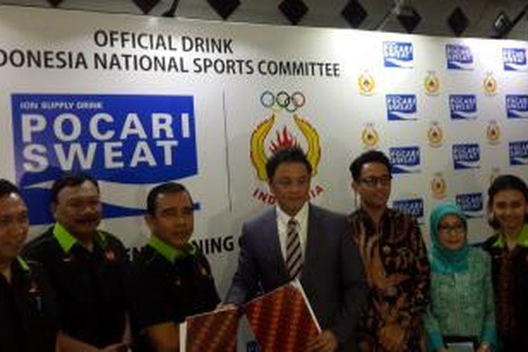 Ketua Umum KONI Pusat, Tono Suratman bersama Presiden Direktur PT Amerta Indah Otsuka, Yoshihiro Bando, dalam acara penandatanganan kerjasama Pocari Sweat dengan KONI di Kantor Umum KONI, Jakarta, Kamis (17/7/2014).