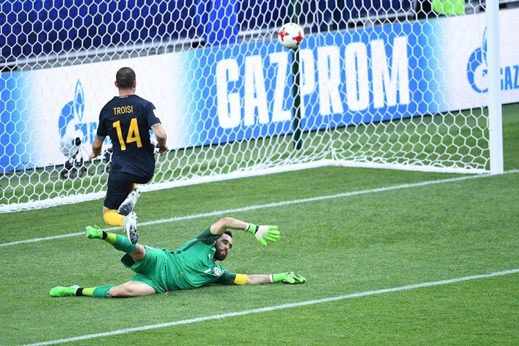 Penyerang timnas Australia, James Troisi, mencetak gol ke gawang Cile yang dikawal Claudio Bravo, dalam pertandingan penyisihan Grup B Piala Konfederasi di Spartak Stadium, Moscow, Minggu (25/6/2017).