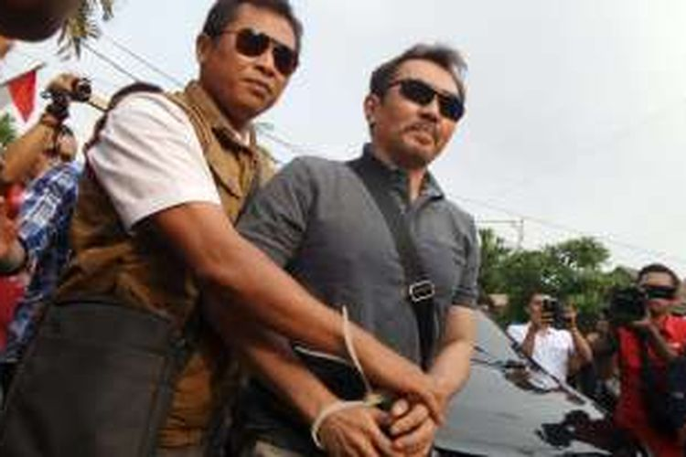 Tersangka Gatot Brajamusti (tangan diborgol) tiba di kediamannya di kawasan Niaga Hijau, Pondok Pinang, Jakarta Selatan, pada Kamis (1/9/2016) kira-kira pukul 16.00 WIB.