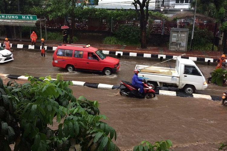 Genangan air yang terjadi di depan Stasiun Tanjung Barat, Jakarta Selatan, setelah terjadi hujan deras pada Kamis (19/10/2017).