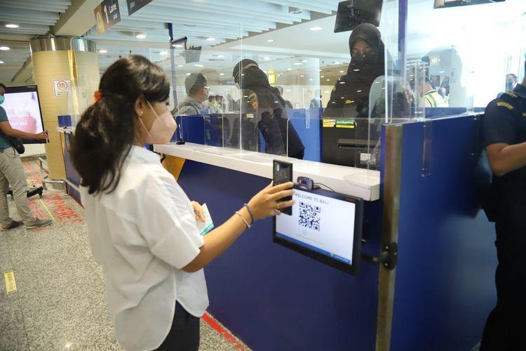 Simulasi kedatangan penumpang internasional di Bandara I Gusti Ngurah Rai, Bali pada Sabtu (9/10/2021).