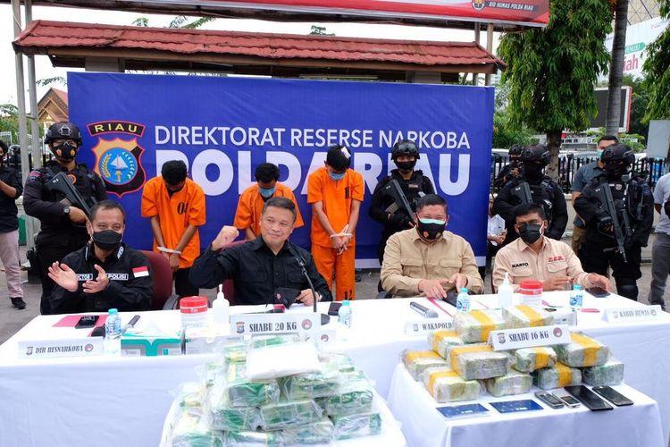 Kapolda Riau Irjen Pol Agung Setya Imam Effendi melakukan konferensi pers pengungkapan kasus peredaran narkotika yang melibatkan oknum anggota polisi di Kota Pekanbaru, Riau, Sabtu (24/10/2020).