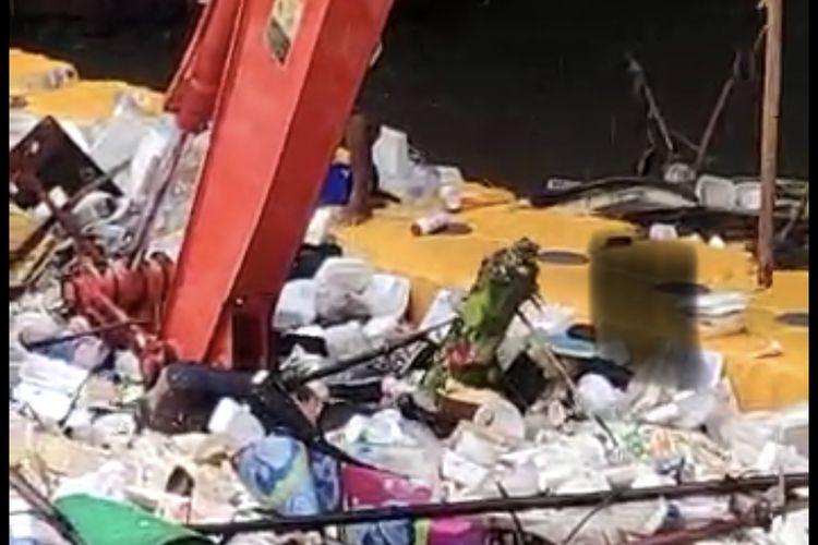 Sesosok mayat laki-laki tanpa identitas ditemukan mengapung di tengah sampah di Pintu Air Manggarai, Menteng, Jakarta Pusat pad a Kamis (7/1/2021) sekitar pukul 08.40 WIB.